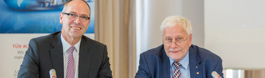 Detlev Henze, Geschäftsführer TÜV TRUST IT (li.) und o. Univ.-Prof. Dr. Dr.h.c.mult. Friedrich Schneider, Professor am Institut für Volkswirtschaftslehre an der Johannes Kepler Universität Linz